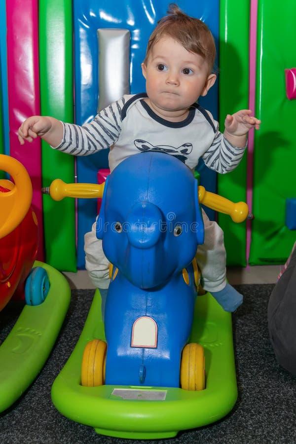 Wenig Tikeselefantdia und glückliches Baby lizenzfreie stockfotografie