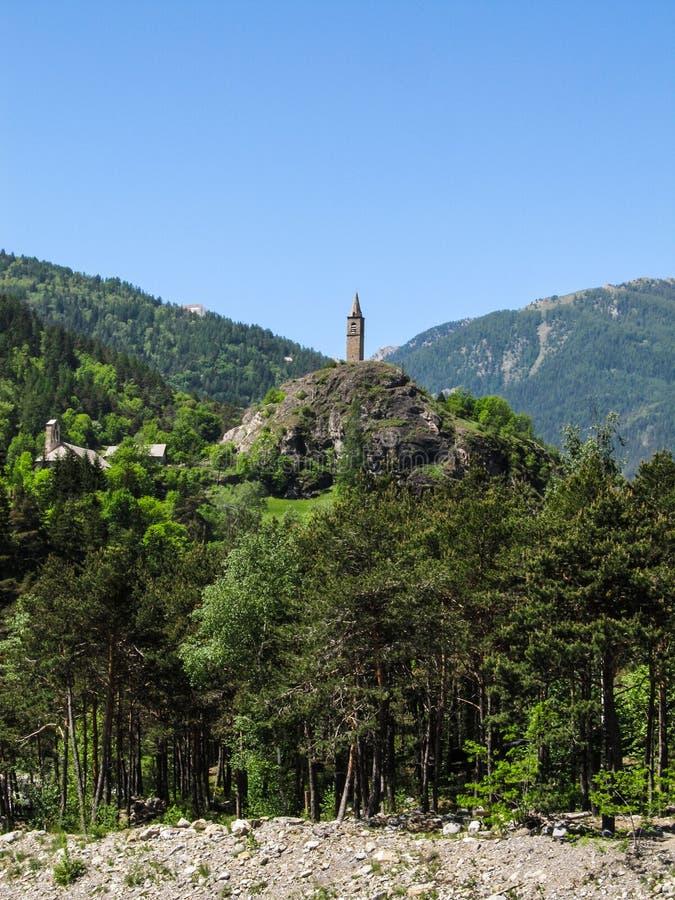 Wenig Turm unter Bergen in der französischen Landschaft lizenzfreie stockfotografie