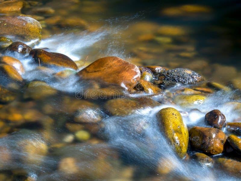 Wenig Wasserfall auf einem Fluss lizenzfreies stockbild