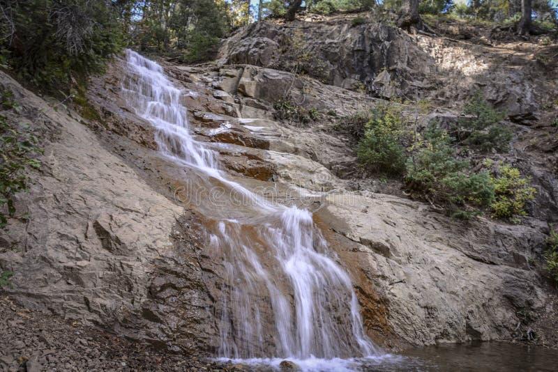 Wenig Wasserfall in den Bergen lizenzfreie stockbilder