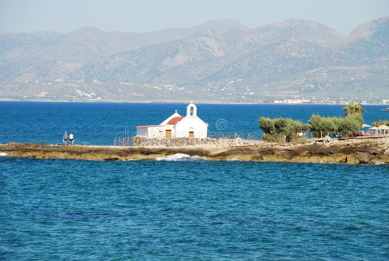 Wenig weiße griechische Kirche auf dem Meer auf Kreta lizenzfreies stockbild