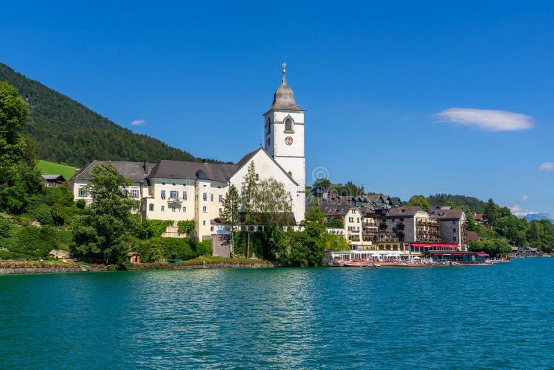 Wenig weiße Kirche in den österreichischen Alpen lizenzfreie stockfotografie