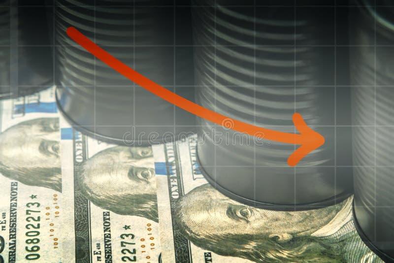 Wenige Barrel Erdöle auf Dollar und einem roten Abstiegpfeil - niedrigeres Ölpreiskonzept lizenzfreies stockbild