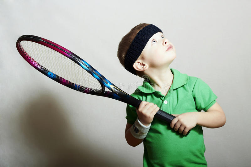 Wenige Boy.Sport-Kinder. Kind mit Tennis-Schläger stockfotografie