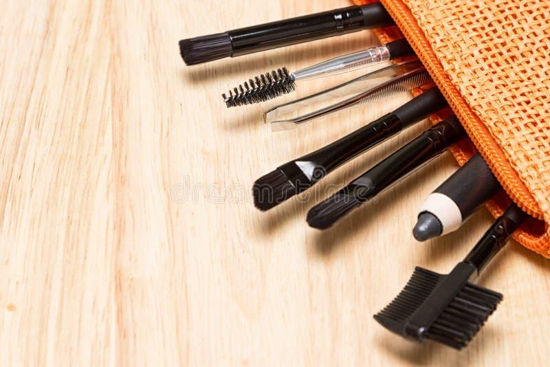 Wenkbrauw en wimper het verzorgen hulpmiddelen in kosmetische zak stock foto