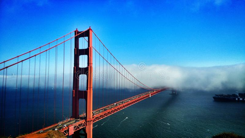 Wenn der Nebel herein rollt stockbilder