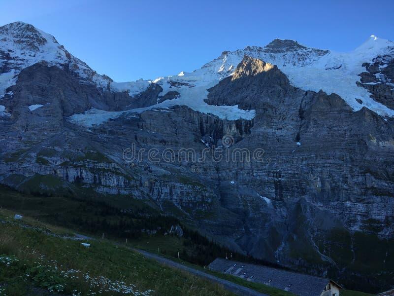 Wenn die Sonne die Schönheit von Alpen an der Dämmerung weckt stockfotos