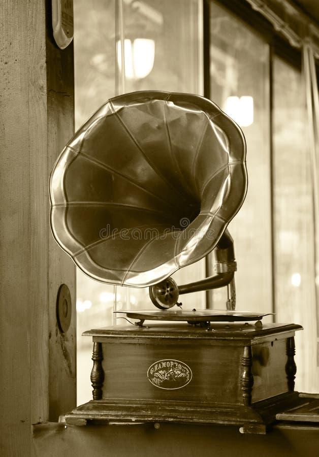 Wenn jeder die Musik des alten Grammophons erwartet stockbild