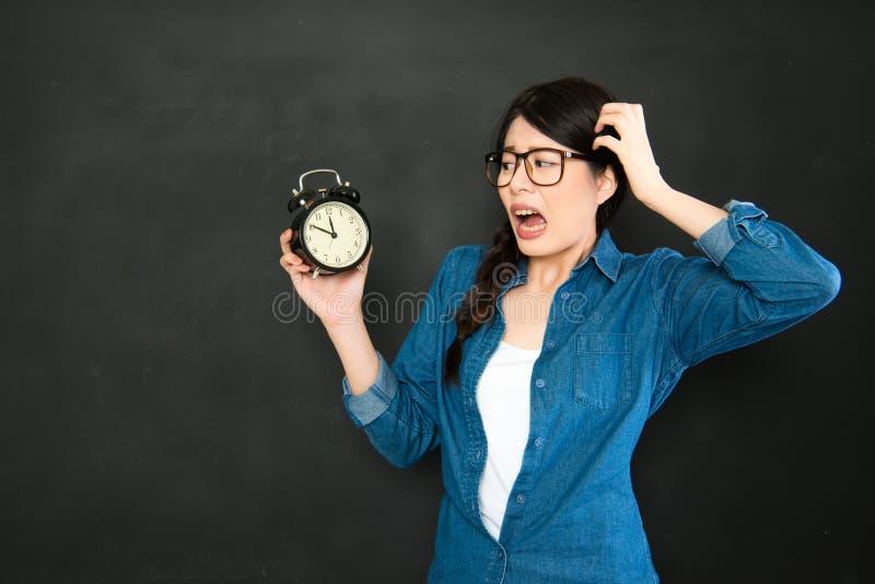 Wenn Sie immer verschlafen, sind Sie immer für Schule spät stockfotografie