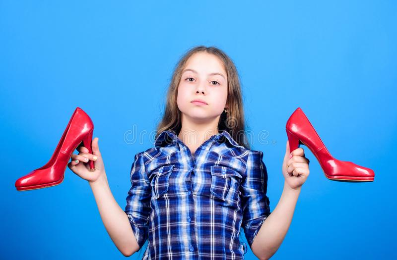 Wens sneller op te groeien Elk meisje dat droomde van de fashioneerbare hoge hakken Showshop Fijne jeugd Glamour high stock foto