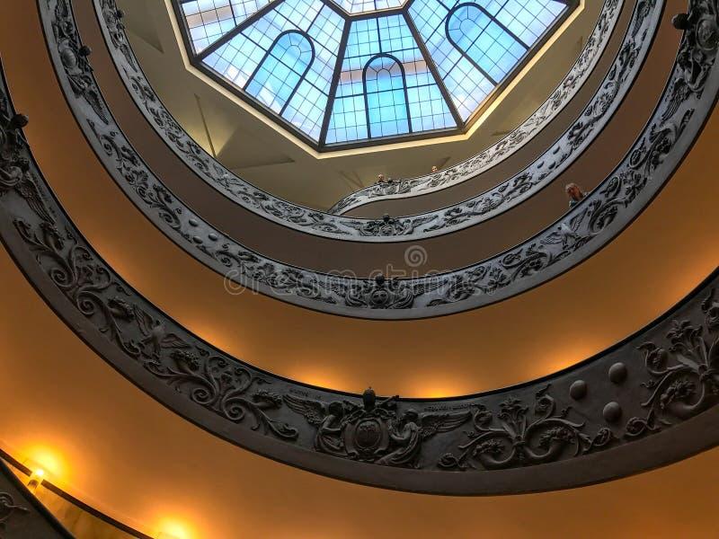 Wenteltrap in het Museum van Vatikaan, wordt bekeken die van onderaan stock foto's