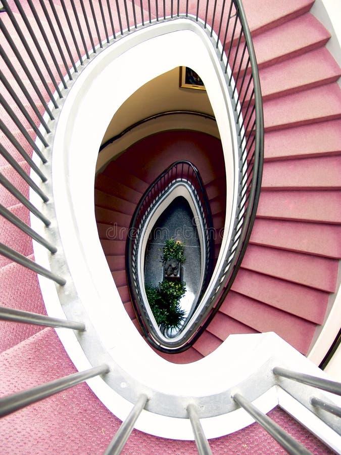 Wenteltrap, rood tapijt stock afbeelding