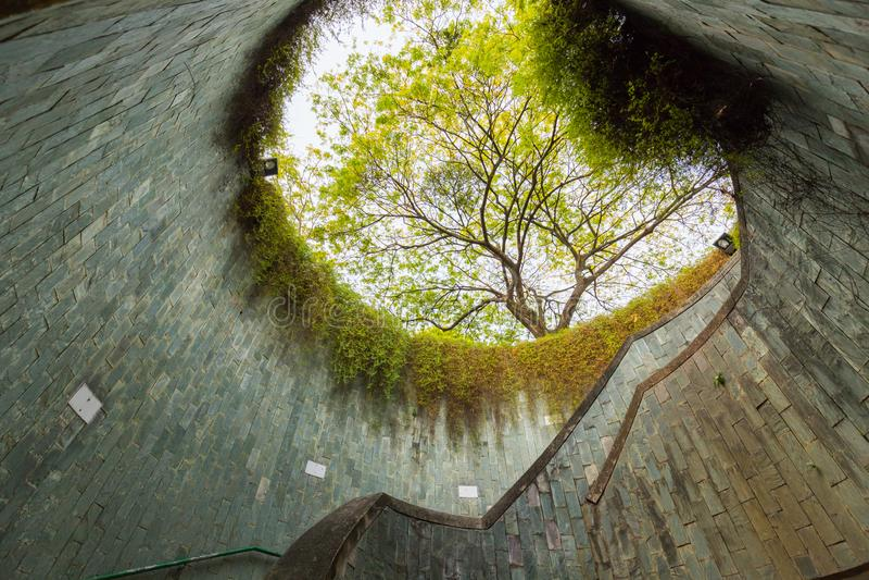 Wenteltrap in tunnel bij Fort Inblikkend Park, Singapore stock foto's