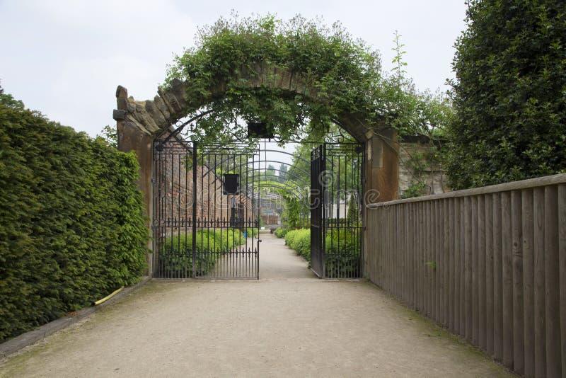 WENTWORTH, Regno Unito - 1° giugno 2018 Wentworth Garden Centre e giardini murati messi all'interno dei motivi di Wentworth Woodh fotografia stock libera da diritti