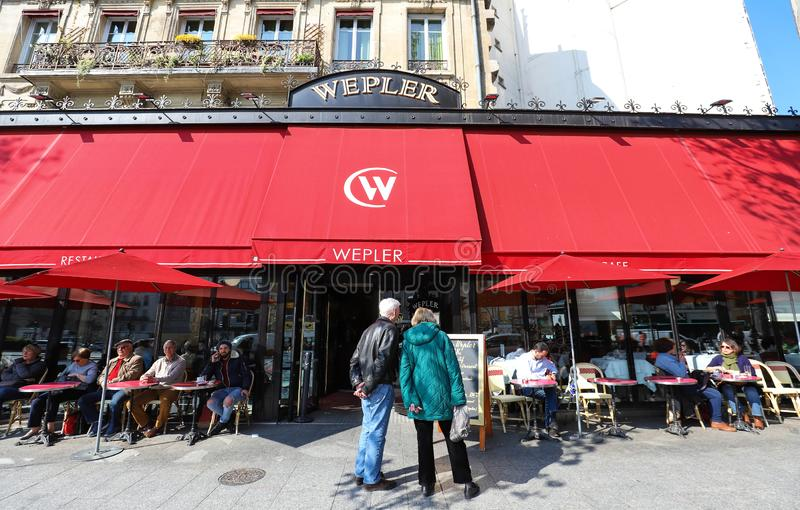 Wepler det st?rsta ostronhuset i Paris som lokaliseras mellan Montmartre och Pigalle, denna brasserie, ?terst?r ett m?ste till Pa arkivbild