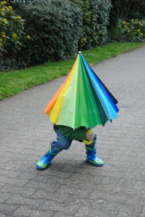Wer ist unter dem Regenschirm, dem Jungen oder dem Mädchen? stockfoto