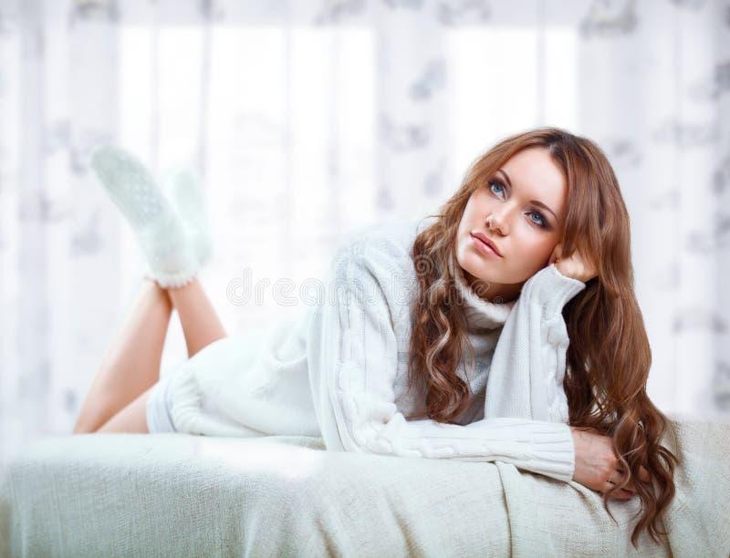 Weraing tröja för härlig sexig kvinna royaltyfria bilder