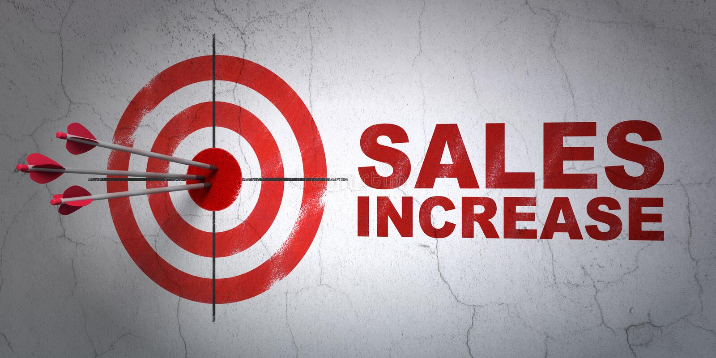 Werbekonzeption: Ziel und Verkaufs-Zunahme auf Wandhintergrund stockbilder