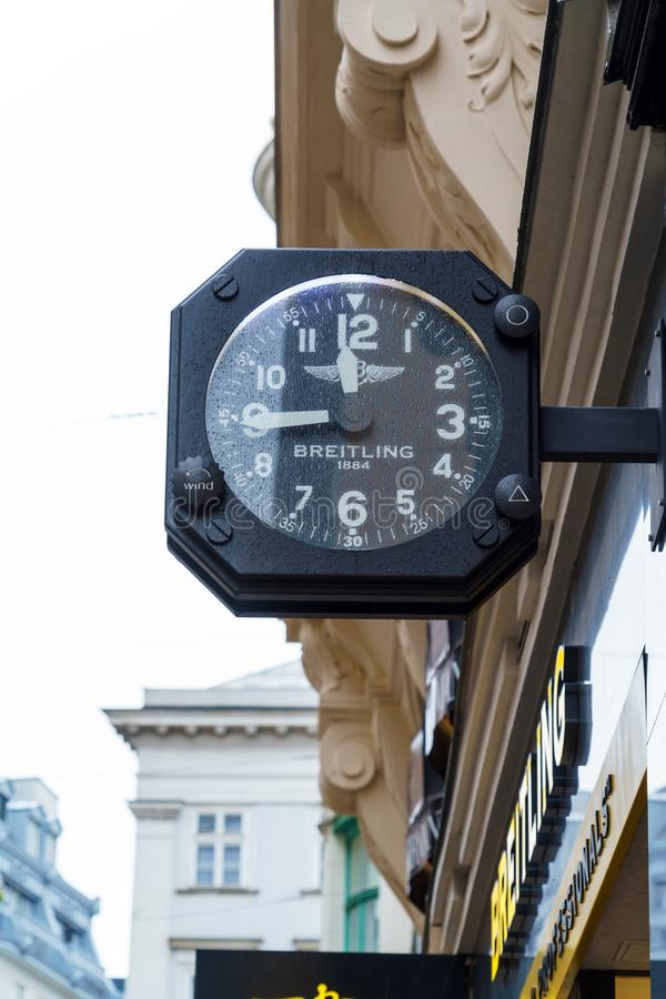 Werbeschild in Form von Uhr Breitling, Wien, Austri lizenzfreies stockfoto