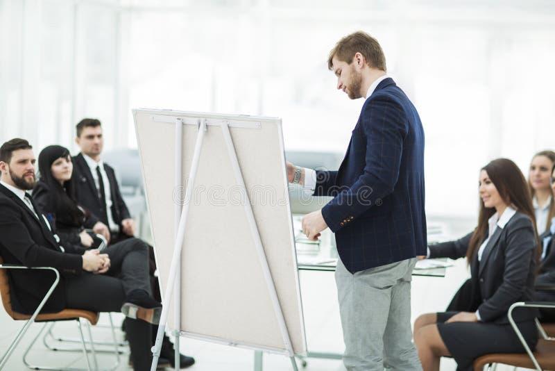 Werbetexter die Firma macht die Darstellung von einem neuen Werbungsprojekt für Mitglieder des Geschäftsteams lizenzfreie stockbilder