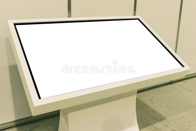 Werbung des Stands mit LCD-Fernsehen Zu die Informationen, Projekte annoncierend anzeigen Weißer Monitor Putoy mit Kopienraum stockfotografie