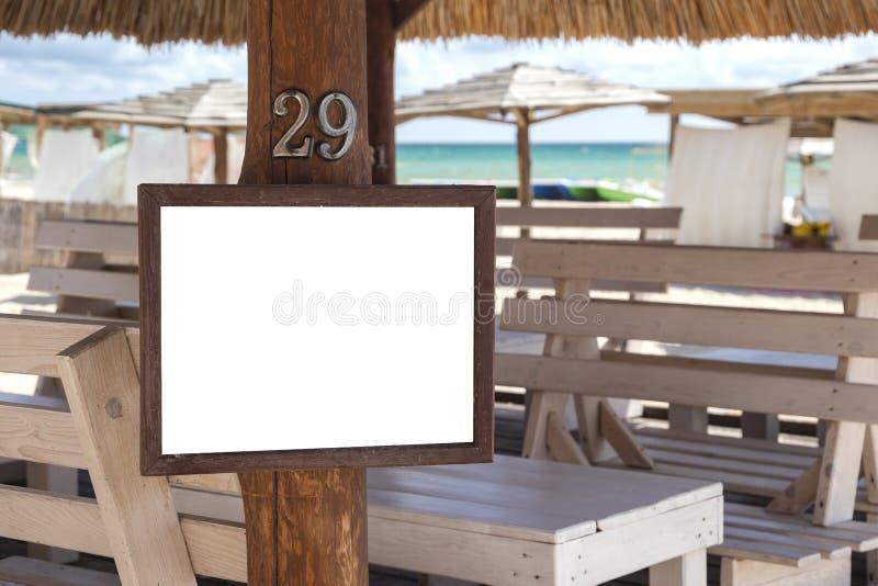 Werbung im Freien des leeren Modells mit Kopienraum auf Strand nahe t lizenzfreie stockfotografie