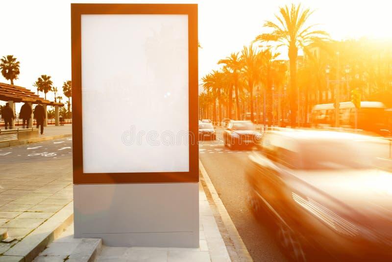 Werbung- im Freienspott oben, Brett der öffentlichen Information auf Stadtstraße lizenzfreie stockbilder
