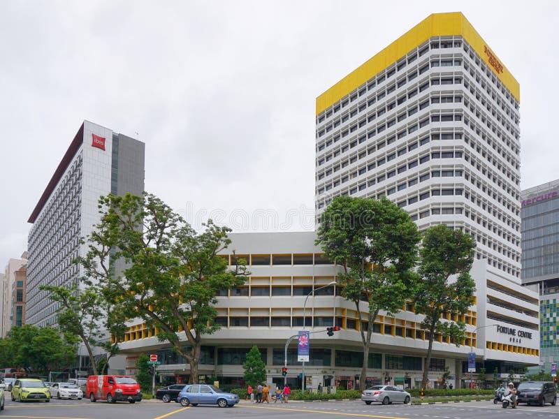 Werbungen, die auf der Ecke in der Singapur-Stadt errichten stockbilder