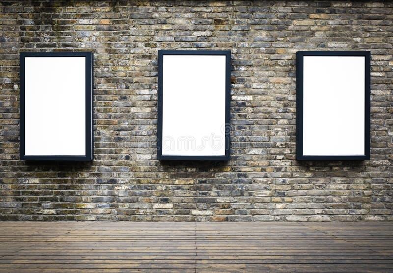Werbungsanschlagtafel in der alten Backsteinmauer lizenzfreies stockbild