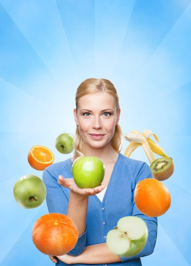 Werbungsgesunde ernährung der jungen Frau stockbilder