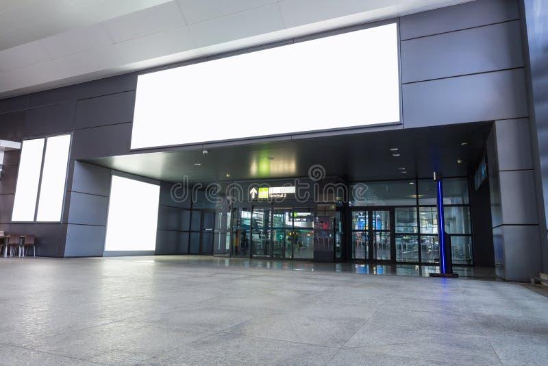 Werbungsleuchtkasten im Flughafenabfertigungsgebäude stockbild