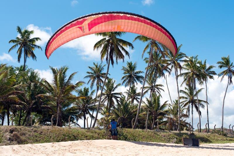 Werden fertig zu Paraglide stockbild