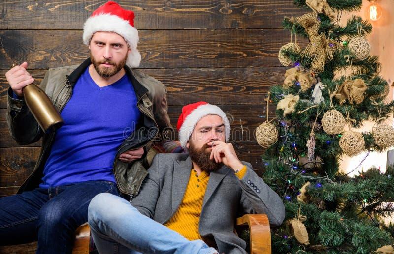 Werden Sie schädliche Gewohnheiten los Wie man schlechte Gewohnheiten bricht Männer trinken Champagner und das Rauchen Grobe Männ stockfoto