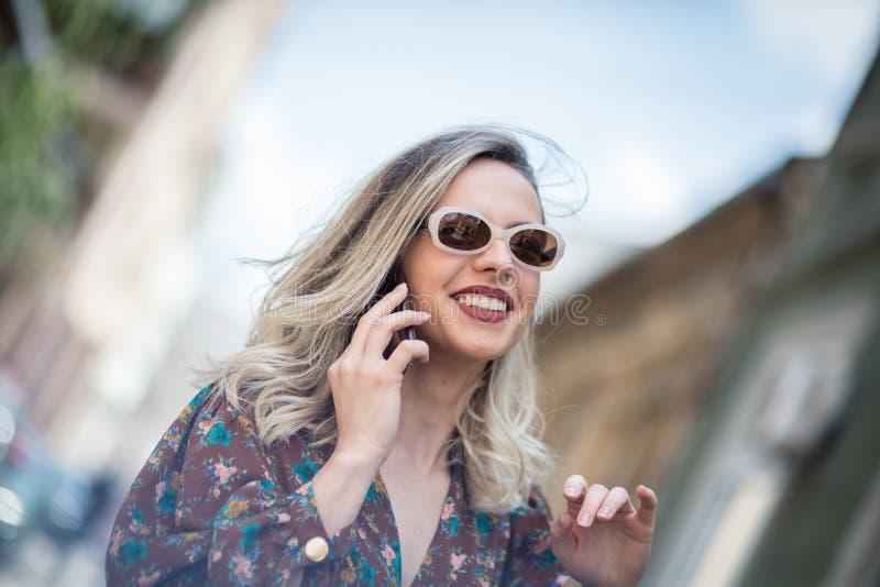 Werden Sie verbunden, erhalten Sie glücklich stockfotografie