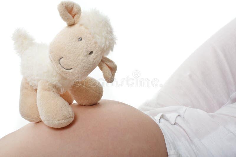 Werdende Mutter mit Teddybären lizenzfreie stockfotografie