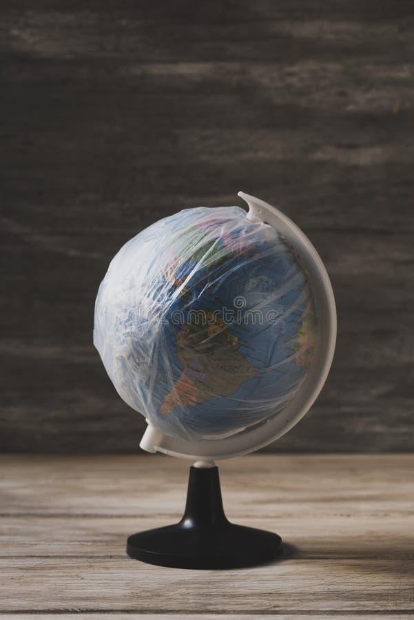 Wereldbol in plastiek wordt verpakt dat stock afbeelding
