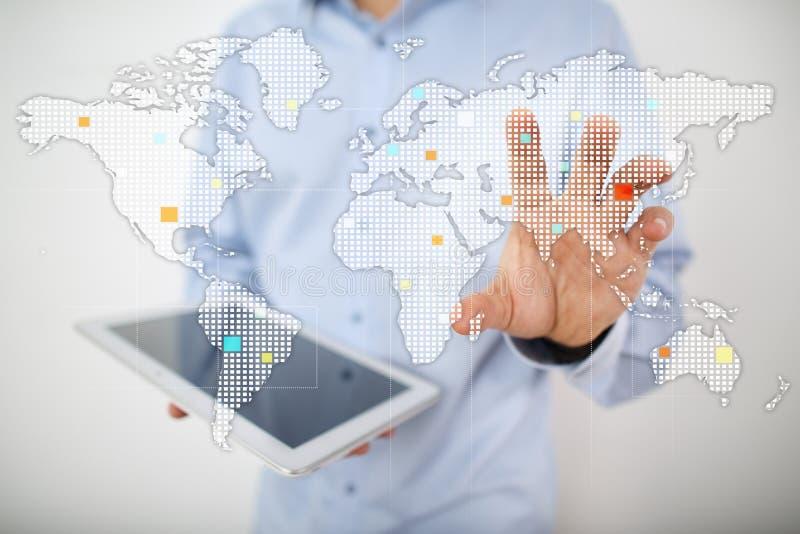 Wereldenkaarten op het virtuele scherm Zaken, Internet en technologieconcept stock foto