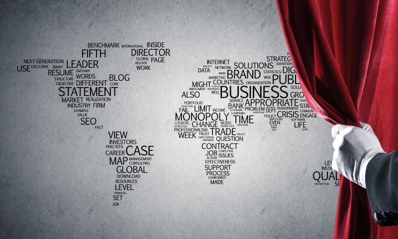Wereldkaart achter gordijngordijn en hand die het openen royalty-vrije stock foto's