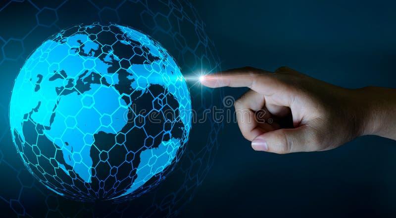 Wereldkaart in de handen van een gegeven van de de technologie en communicatie van het zakenmannetwerk Ruimteinput stock illustratie