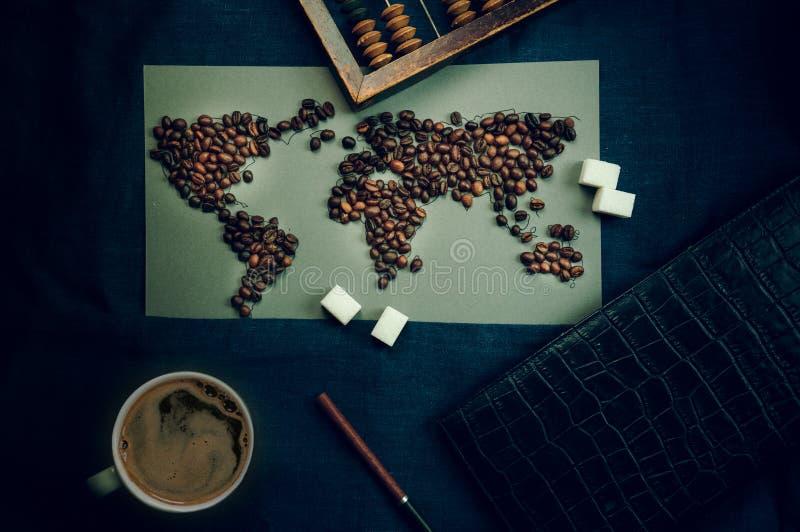 Wereldkaart van koffiebonen, kop handel en globalisering Hoogste mening royalty-vrije stock foto's