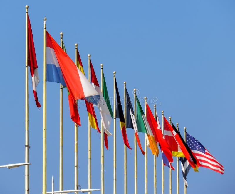 Wereldvlaggen tegen blauwe hemel royalty-vrije stock afbeelding