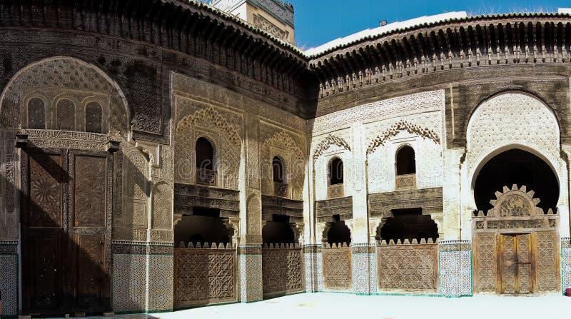 Werf binnen Bou Inania Madrasa met mooie voorbeelden van Marinid-architectuur, Fez, Marokko stock afbeeldingen