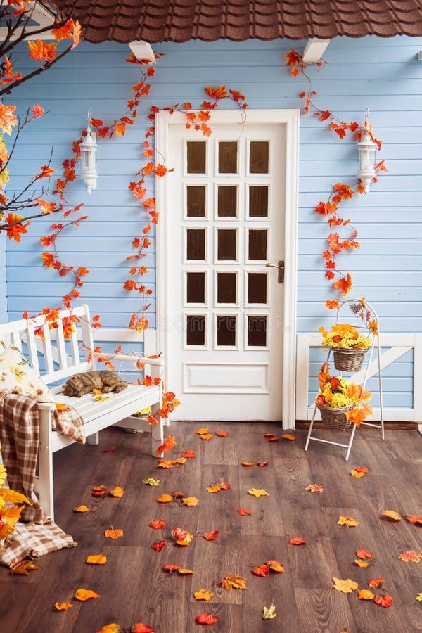 Werf van buitenhuis met het betegelen van dak, blauwe houten witte muren, stock afbeelding