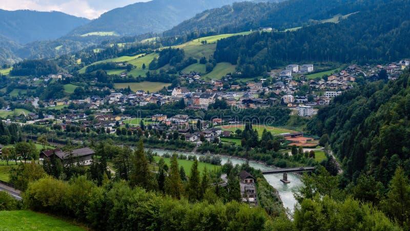 Werfen村庄的鸟瞰图在奥地利著名为Hohenwerfen城堡和Eisriesenwelt冰洞 免版税库存图片