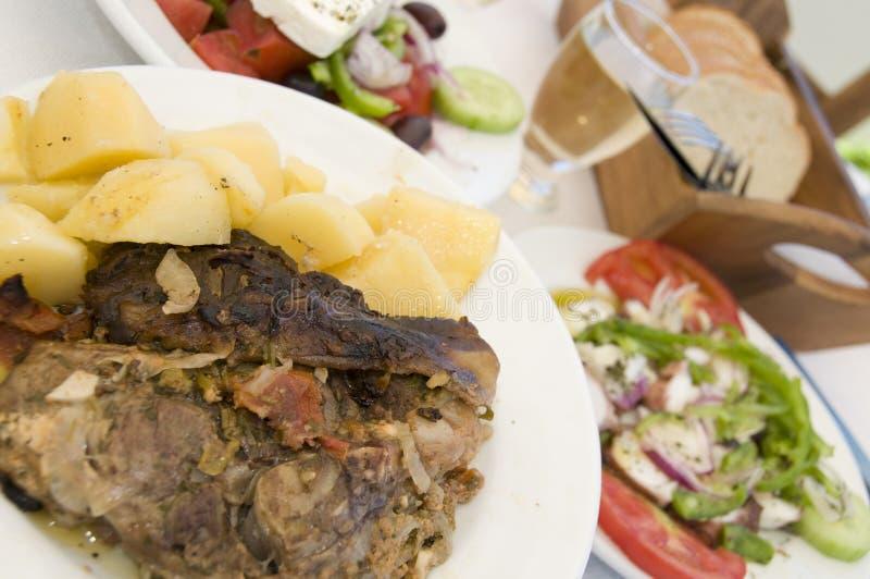 Werfen Sie in der griechischen Insel taverna Papiernahrung stockfotografie