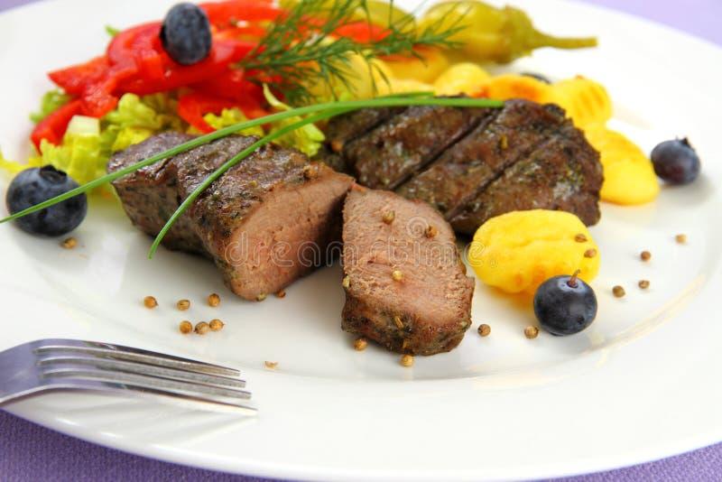 Werfen Sie Steak mit Gnocchi, roten Pfeffern und Gewürzen lizenzfreie stockbilder