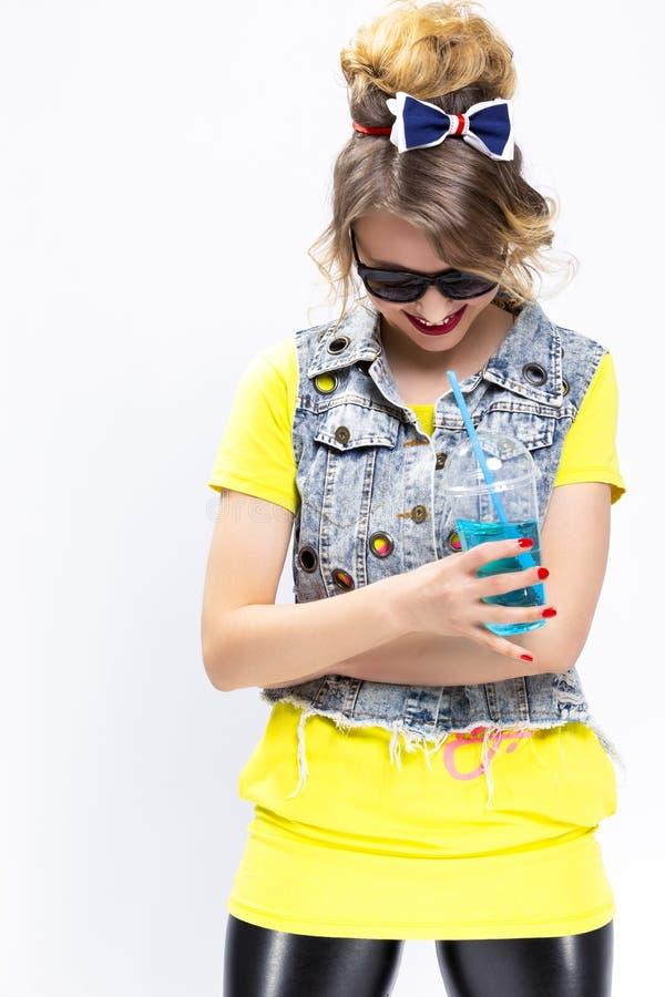 Werfen Sie und lächelndes kaukasisches blondes lizenzfreie stockfotografie