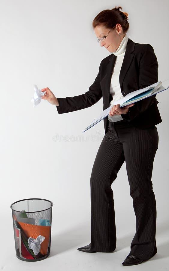 Werfende Papiere der Geschäftsfrau lizenzfreie stockfotos