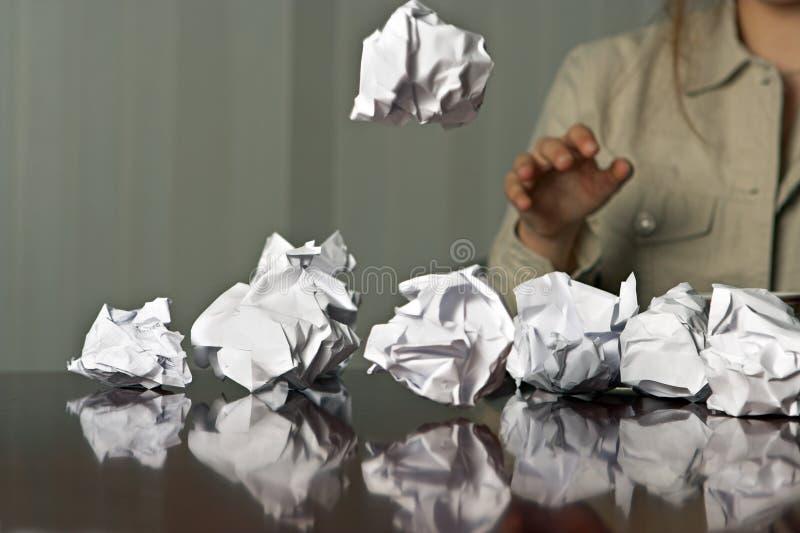 Werfende Papierkugeln stockfotografie