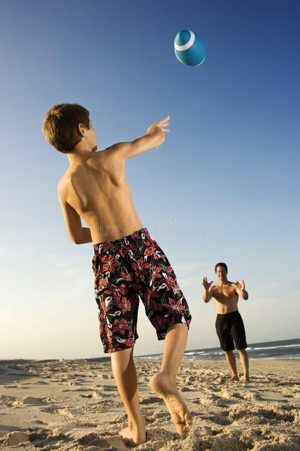 Werfender Fußball des Jungen